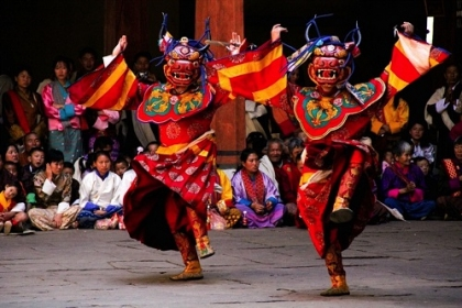 Traditionell maskierte Tänzer in Bhutan